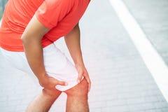 Biegacz dotyka bolesn? kr?con? lub ?aman? kostk? Atleta biegacza sta?owy wypadek fotografia stock