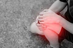 Biegacz dotyka bolesnego kolano fotografia stock
