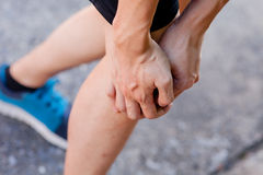 Biegacz dotyka bolesnego kolano Atleta biegacza stażowy wypadek Sporta działający kolanowy zwichnięcie obraz royalty free