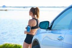 Biegacz kobieta relaksuje po treningu plenerowego Zdjęcia Royalty Free