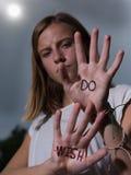 Biegacz Motywacyjna wycena Pisać na rękach, Don ` t życzenie! Fotografia Stock