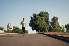 Biegacz na pogodnej drodze m??czyzna biegacza trenowa? plenerowy biegacz atlety trening Ufny biegacz obraz stock