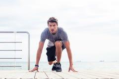 Biegacz pozycja w początek pozyci outdoors Obraz Stock