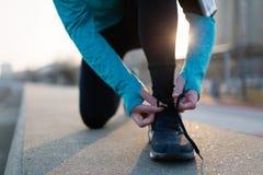 Biegacz próbuje działających buty dostaje przygotowywający dla bieg Fotografia Royalty Free