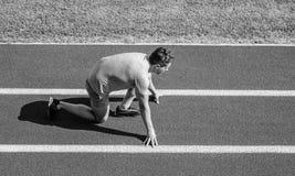 Biegacz przygotowywaj?cy i?? Atleta biegacz przygotowywa ?ciga? si? przy stadium Dlaczego zaczyna? biega? Biega? porady dla begin fotografia stock