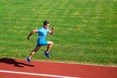 Biegacz skupiający się na rezultacie Krótki dystansowy bieg wyzwanie Zwiększenie prędkość Atleta bieg śladu trawy tło Biega w obrazy royalty free
