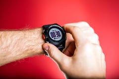 Biegacz sprawdza sporta zegarek XXXL Zdjęcie Stock