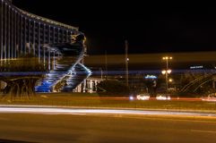 Biegacz statua w Ateny przy nocą Obraz Stock