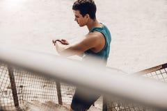 Biegacz używa mądrze zegarek monitorować jego postęp Fotografia Royalty Free