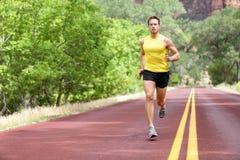 Biegacza mężczyzna bieg na drodze Zdjęcie Royalty Free