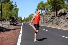Biegacza mężczyzna rozciągania nogi i udo Zdjęcia Stock