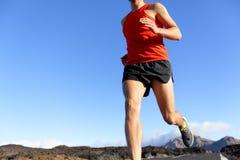 Biegacza mężczyzna zbliżenie - męski atleta bieg na drodze Obrazy Stock