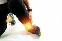 Biegacza sportowa mienia kostka w bólu z Łamającym kręconym złączem fotografia royalty free