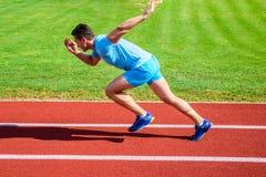 Biegacza sprintu rasa przy stadium Dlaczego zaczynać biegać Zwiększenie prędkości pojęcie Mężczyzna atlety biegacza pchnięcie z z obrazy royalty free