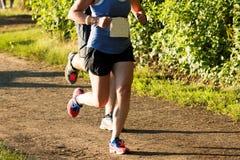Biegacze ściga się 5K na brud ścieżce fotografia stock