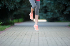 Biegacze biec sprintem outdoors Sportive kobiety szkolenie w miastowym a obraz royalty free