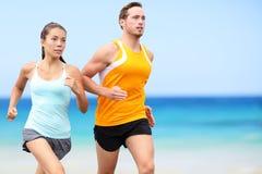 Biegacze biega na plaży - jogging para Obrazy Royalty Free