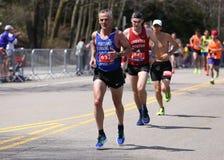 Biegacze biegali w górę zawodu miłosnego wzgórza podczas Boston Maratoński Kwiecień 18, 2016 w Boston Obrazy Royalty Free