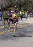 Biegacze biegali w górę zawodu miłosnego wzgórza podczas Boston Maratoński Kwiecień 18, 2016 w Boston Obraz Stock
