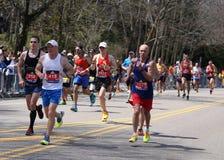 Biegacze biegali w górę zawodu miłosnego wzgórza podczas Boston Maratoński Kwiecień 18, 2016 w Boston Zdjęcie Stock