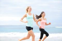 Biegacze - dwa kobiety biega outdoors Obrazy Royalty Free