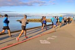 Biegacze i Pacyficzni Drogowi biegacze Maratońscy Fotografia Stock