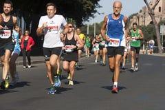 Biegacze pierwszoplanowi i kilka biegacze w tle Fotografia Royalty Free