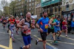Biegacze przy Londyńskim maratonem Fotografia Royalty Free
