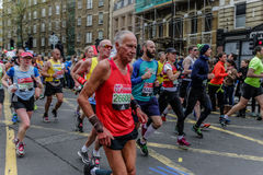 Biegacze przy Londyńskim maratonem Zdjęcia Stock