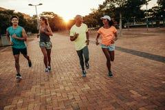 Biegacze trenuje outdoors w wieczór Zdjęcia Stock