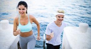 Biegacze trenuje wpólnie Mężczyzna i kobiety joggers ćwiczy outdoors fotografia stock