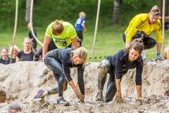 Biegacze w borowinowej przeszkodzie Obraz Stock