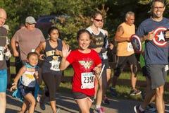 Biegacze w super bohatera kostiumach przy rasą Zdjęcie Royalty Free