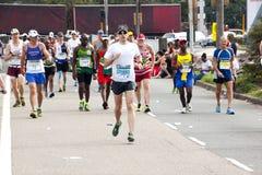 Biegacze współzawodniczy w 2014 kompanów maratonu rajdzie samochodowym Fotografia Royalty Free