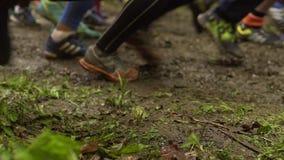 Biegacze zaczynają rasy nad szorstkim terenem zbiory