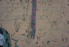 Biege und Gray Dirty Plaster Wall, mit herunterfallen blättert von der Farbe ab Raue Oberfläche Alte verwitterte gemalte Hintergr Stockfotografie