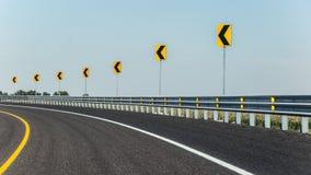 Biegen Sie auf die Straße nach links ab Lizenzfreie Stockbilder