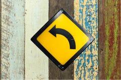 Biegen Zeichen auf Wand nach links ab stockfotografie