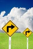 Biegen Zeichen mit bewölktem Himmel und netten Wiesen nach rechts ab Lizenzfreies Stockfoto