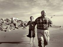 biegnij na plaży razem obraz royalty free
