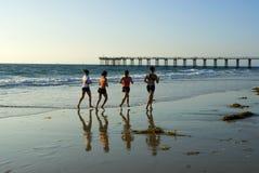 biegnij wzdłuż surf Zdjęcia Royalty Free