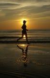 biegnij, zachód słońca Obrazy Royalty Free