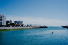 biegowy czółno z odsadnią paddling za dudusiu otwarty widzii od miasta schronienia marina fotografia royalty free