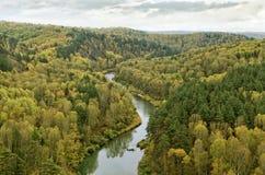 Biegung des Flusses im Herbst Lizenzfreies Stockfoto
