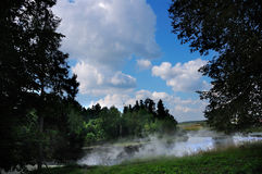Biegung des Flusses im Wald, Nebel, Sommer, Stockfoto