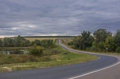 Biegung einer Landstraße Stockbild