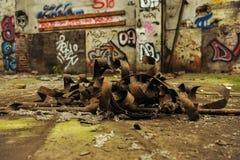 Biegung und verrostetes Metall in verlassener Industriehalle lizenzfreie stockbilder