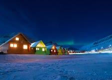 Biegunowa arktyczna mężczyzna Północnych świateł zorzy borealis nieba gwiazda w Norwegia Svalbard w Longyearbyen miasta księżyc g fotografia royalty free