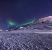 Biegunowa arktyczna Północnych świateł zorzy borealis nieba gwiazda Norwegia Svalbard w Longyearbyen miasta górach obraz stock
