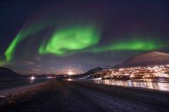Biegunowa arktyczna Północnych świateł zorzy borealis nieba gwiazda w Norwegia Svalbard w Longyearbyen miasta podróży górach fotografia royalty free